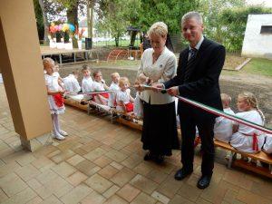 Kara Ákos országgyűlési képviselő és Nagy Beáta polgármester átadják az épületet